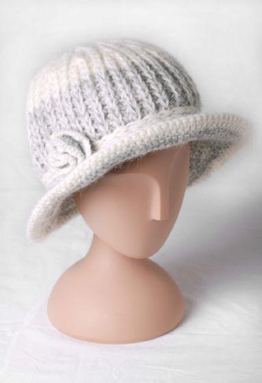 Stickad hatt, vit/grå